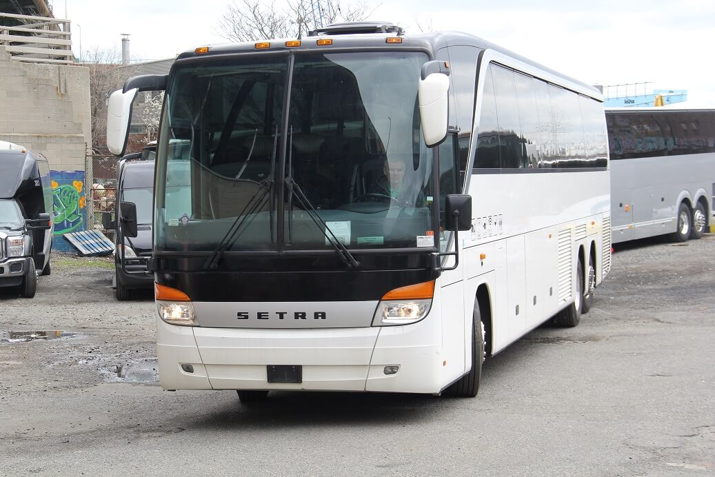 55 PAX MOTOR COACH WHITE EXT FRONT